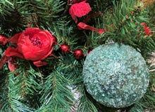 Boule brillante en verre décoration-bleue d'arbre de Noël, rose rouge artificielle et perles photographie stock libre de droits