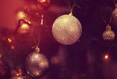 Boule brillante sur l'arbre de Noël Image libre de droits