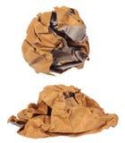 Boule chiffonnée de papier brun d'isolement Photos libres de droits