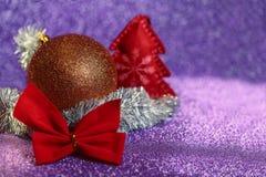 Boule colorée de composition en Noël, guirlande, arc, arbre de Noël Photo stock