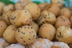 Boule cuite à la friteuse de la pâte avec le sésame noir Seedsfilling Photographie stock libre de droits