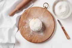 Boule cuite de pâte sur la table Images libres de droits