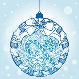 Boule décorative de Noël avec des bonbons et des chaussettes Images stock