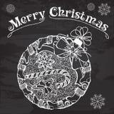 Boule décorative de Noël avec des bonbons et des chaussettes sur le tableau Photos libres de droits