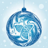 Boule décorative de Noël avec des cônes de sapin et une guirlande de soutien-gorge de sapin Photos libres de droits