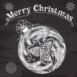 Boule décorative de Noël avec des cônes de sapin et une guirlande de soutien-gorge de sapin Images stock