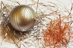 Boule décorative de Noël avec des lignes dans le fil métallique sur le fond blanc Images stock