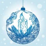 Boule décorative de Noël avec une bougie et une guirlande de gui Photos stock