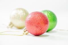 Boule d'arbre de Noël sur le fond en bois Images libres de droits