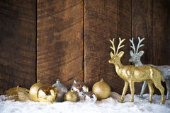 boule d'argent d'or de Noël et décoration de renne avec le CCB en bois photos libres de droits
