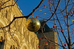 Boule d'or devant la façade de la GOMME centrale de magasin sur la place rouge à Moscou Photo stock