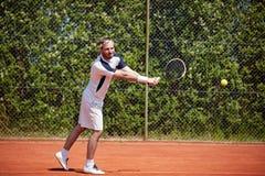 Boule de attente de joueur de tennis images libres de droits