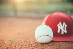 Boule de base-ball avec le chapeau de New York Yankees images stock