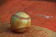 Boule de base-ball sur la base Photos stock