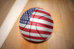 Boule de basket-ball avec le drapeau national des Etats-Unis d'Amérique photos stock