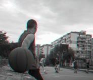 Boule de basket-ball contre un joueur de basket et un match de basket photos stock