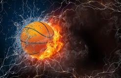 Boule de basket-ball dans le feu et l'eau Photographie stock libre de droits