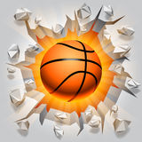 Boule de basket-ball et mur criqué. Images stock
