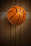 Boule de basket-ball sur le plancher Photographie stock