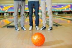 Boule de bowling au centre de bowling Image libre de droits