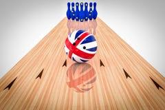 Boule de bowling avec le drapeau du Royaume-Uni et goupilles de bowling avec le drapeau de la Communauté européenne images stock