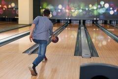 Boule de bowling de lancement d'homme Images libres de droits