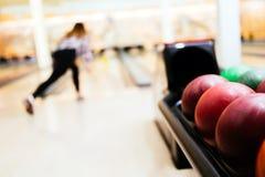 Boule de bowling de lancement de femme Images libres de droits