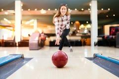 Boule de bowling de lancement de femme Photos stock