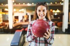 Boule de bowling de lancement de femme Photographie stock libre de droits