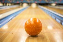 Boule de bowling se reposant dans une ruelle colorée de bowling photo libre de droits