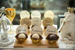 Boule de chocolat dans l'étagère du plat en bois Images stock