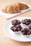 Boule de chocolat dans le plat blanc Photo libre de droits