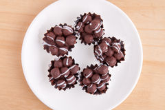 Boule de chocolat dans le plat blanc Photo stock