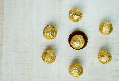 Boule de chocolat enveloppée dans l'aluminium, fond de chocolat Image libre de droits