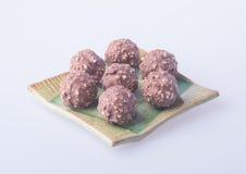 boule de chocolat ou bonbon de chocolat sur un fond Photographie stock libre de droits