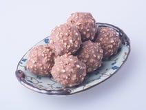 boule de chocolat ou bonbon de chocolat sur un fond Image stock