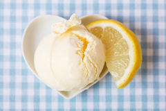 Boule de crème glacée de citron avec le citron Image libre de droits