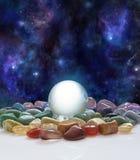 Boule de cristal, cristaux curatifs et l'univers Photographie stock libre de droits