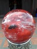 Boule de cristal vide au-dessus du fond blanc photographie stock libre de droits