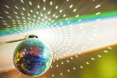 Boule de disco avec des étincelles dans le noir Image stock