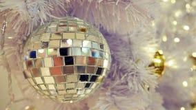 Boule de disco et décorations reflétées de Noël sur un fond blanc photographie stock libre de droits
