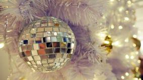 Boule de disco et décorations reflétées de Noël sur un fond blanc photo stock