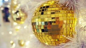 Boule de disco et décorations reflétées de Noël sur un fond blanc photos stock