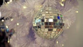 Boule de disco et décorations reflétées de Noël sur un fond blanc image libre de droits