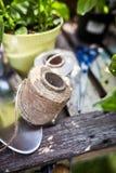 Boule de ficelle naturelle de chanvre sur une table de jardin photo stock