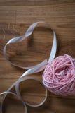Boule de fil à tricoter avec le ruban Images libres de droits