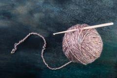Boule de fil avec le crochet de crochet Image stock