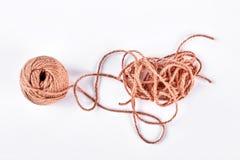 Boule de fil brun sur le fond blanc Photo stock
