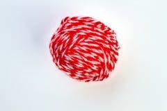 Boule de fil rouge sur le fond blanc Image stock
