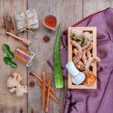 Boule de fines herbes de compresse d'ingrédients naturels de station thermale et Ingredi de fines herbes Photo stock